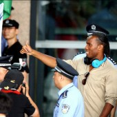 Le footballeur international ivoirien Didier Drogba à son arrivée à l'aéroport international Pudong de Shanghai le 14 juillet 2012.