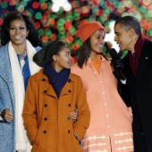 Michelle Obama, Sasha Obama, Malia Obama et le président Obama chantent lors du National Christmas Tree Lighting de la Maison Blanche, le 6 décembre 2012