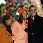 Sasha Obama et Malia Obama chantent avec leur père lors du National Christmas Tree Lighting de la Maison Blanche, le 6 décembre 2012.